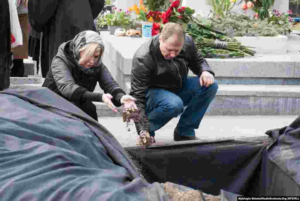Марія Максакова не стала спілкуватися із журналістами і залишила кладовище одразу після того, як труну із її чоловіком закопали. Вони одружилися в 2015 році, в березні 2016 року в них народився син