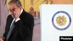 Լեւոն Տեր-Պետրոսյանը քվեարկում է թիվ 9/11 ընտրատեղամասում: 6-ը մայիսի, 2012թ.