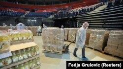 Волонтери пакують продуктові набори для літніх людей, яким заборонено виходити з дому, Белград, 26 березня 2020 року