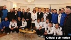 Atifete Jahjaga me futbollistët e veshur me fanelën e kombëtares së Kosovës