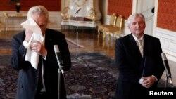 Presidenti çek e fshinë fytyren pasi njofton se e ka emëruar JIri Rusnok si kryeministrin e ri të Republikës Çeke, 25 qershor 2013