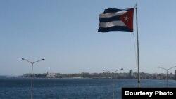 Кубинский флаг на набережной в Гаване. Фото Александр Гостева