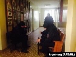 """В здании Бахчисарайского райпотребсоюза продолжает находиться """"крымская самооборона"""" в форме российского спецназа"""