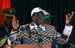 Президент Зимбабве Роберт Мугабе на митинге в Булавайо