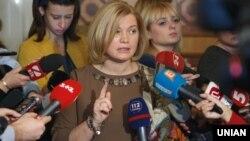 Украина Жоғарғы Радасының бірінші вице-спикері Ирина Геращенко журналистерге сұхбат беріп тұр.