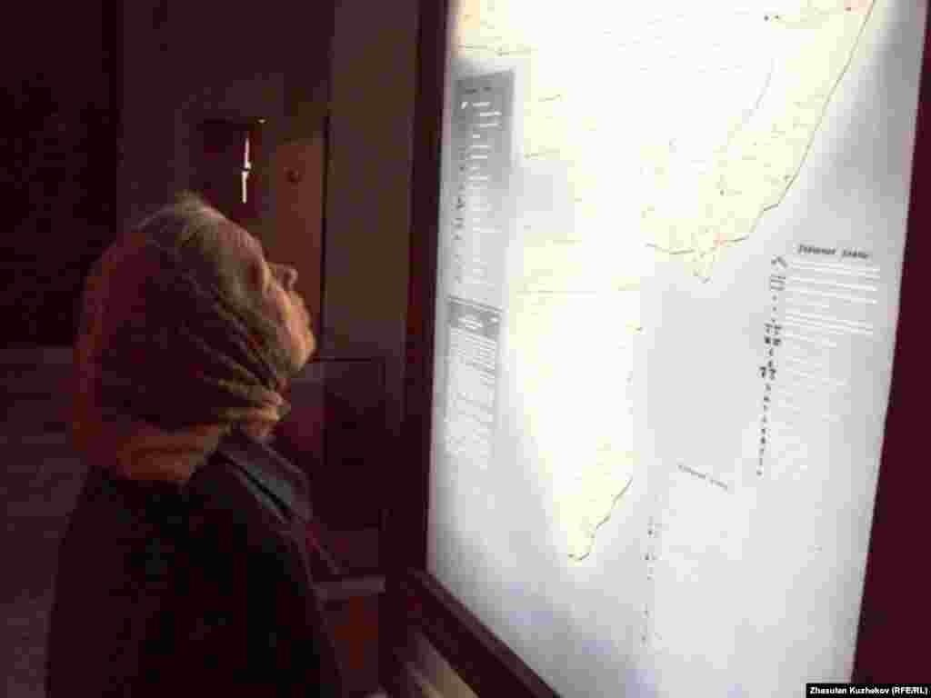 Бывшая узница рассматривает схему расположения лагерей Карлага. Поселок Долинка Карагандинской области, 31 мая 2011 года - Бывшая узница рассматривает схему расположения лагерей Карлага. Поселок Долинка Карагандинской области, 31 мая 2011 года.
