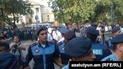Ոստիկանները թույլ չեն տալիս ցուցարարներին մոտենալ նախագահականին, 1-ը սեպտեմբերի, 2015թ.