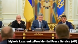 На початку засідання РНБО 26 грудня президент України Петро Порошенко заявив, що санкції будуть застосовані, зокрема, проти депутатів російської Державної думи з фракцій «Єдина Росія» і ЛДПР