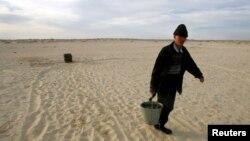 Арал теңізінің Қарақалпақстандағы бөлігінде су тасып бара жатқан тұрғын. Көрнекі сурет