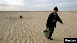 Арал теңізі маңындағы Қаратерең ауылының тұрғыны су әкеле жатыр. Қызылорда облысы, 21 сәуір 2005 жыл. (Көрнекі сурет)