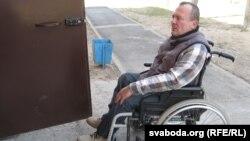 Інвалід-вазочнік Юры Ляшэнка спрабуе патрапіць ва ўласную кватэру