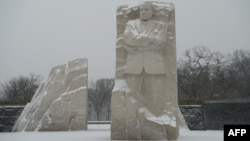 Вашингтонда Мартин Лютер Кинг ескерткіші тұрған жердегі қардың қалыңдығы 76 сантиметрге жетеді. АҚШ, 22 қаңтар 2016 жыл.