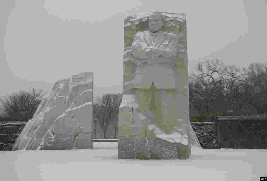 У столиці США випало понад 80 сантиметрів снігу. На фотографії – завалений снігом меморіал Мартіна Лютера Кінга