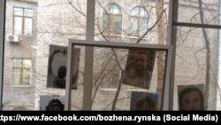 На окна квартиры Божены Рынской и Игоря Малашенко наклеили фотографии погибших сотрудников телекомпании НТВ.
