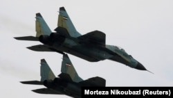 FILE PHOTO: Russian-made Sukhoi fighter jets of the Iranian army fly past during a military parade to commemorate army day in Tehran April 17, 2008.