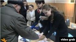 Авыл эшмәкәрләре җыенына килгәннәр конгресста теркәлү уза. 21 март 2013