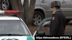 Сотрудник полиции рядом со служебным автомобилем. Иллюстративное фото.