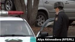 Сотрудник полиции у здания суда на юге Казахстана. Иллюстративное фото.