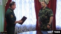 Rusiya Milli Qvardiyasının başçısı Viktor Zolotov (solda) müavini Sergey Melikovla söhbət edir (3 avqust 2016)