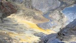 Rudari prolaze kroz kop basena u Boru, fotoarhiv