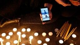 گروهی از سوگواران در برابر دانشگاه امیرکبیر به یاد جانباختگان شمع روشن کردهاند