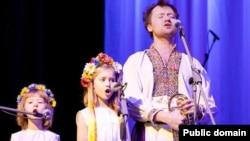 Руслан Трочинський з доньками виступає перед естонськими глядачами