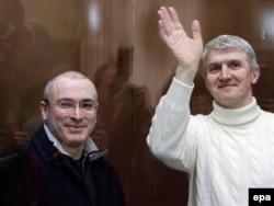 Руководители разгромленного ЮКОСа Михаил Ходорковский (слева) и Платон Лебедев в московском суде, 2009 год