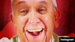 Папа Рымскі робіць сэлфі для Instagram