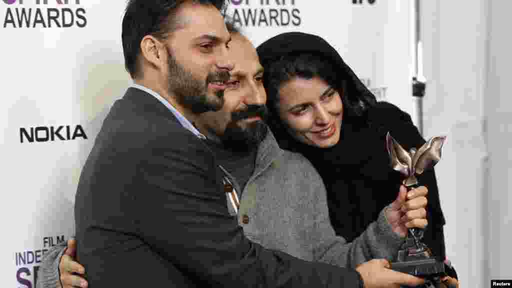 در نیمه راه اسکار فرهادی و فیلمش چندین جایزه را ربودند که آخرین آنها جایزه «ایندیپندنت اسپیریت» بود، آن هم تنها ساعاتی پس از آن که «جدایی نادر از سیمین» اصغر فرهادی، جایزه بهترین فیلم خارجی سزار، اسکار فرانسوی، را از آن خود کرد.