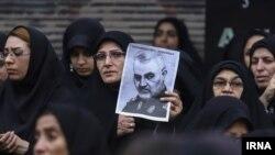 Žena sa slikom ubijenog iranskog vojskovođe Qasema Soleimanija