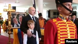Під час похорону президента Венесуели Уго Чавеса Олександр Лукашенко теж стояв біля труни з Миколою, фото 8 березня 2013 року