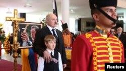 Аляксандар Лукашэнка з сынам на пахаваньні Уга Чавэса