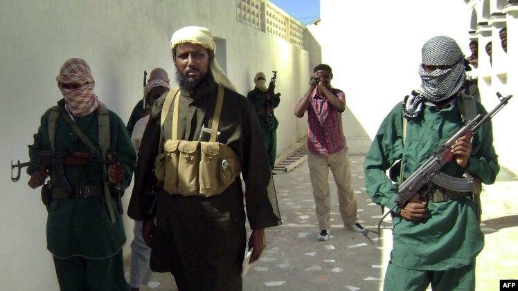 """Конвой сопровождает одного из представителей группировки """"Аль-Шабаб"""" (в центре). Иллюстративное фото."""