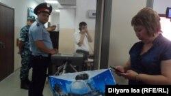 Адвокат Гүлнәр Жуаспаева Қыздығой Ажарқұлованың сот отырысына кіре алмай тұрған кез. Шымкент, 29 маусым 2016 жыл.