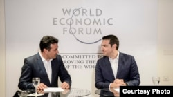 Архивска фотографија - Заедничка прес-конференција на премиерите на Македонија и Грција, Зоран Заев и Алексис Ципрас во Давос, Швајцарија