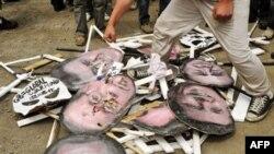 Антиглобалисты демонстрировали свое отношение к мировым лидерам по соседству с Тояко, в городке Собецу