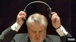 Сергей Миронов активно предлагал президенту подставить плечо, и таки подставил