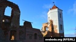 Адноўленая вежа замку ў Гальшанах