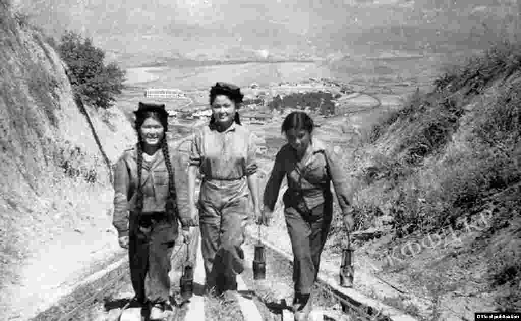 Жаш шахтачылар жумуштан кайткан учур. Көк-Жаңгак шаары. Сүрөттүн автору: К.Вильчинская. 1945-жыл.