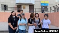 Задержанные участники сорванной монстрации на выходе из полиции. Нур-Султан, 25 августа 2019 года.