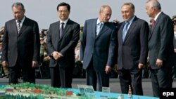 Kyrgyzstan's Kurmanbek Bakiev, China's Hu Jintao, Russia's Vladimir Putin, Kazakhstan's Nursultan Nazarbaev, and Uzbekistan's Islam Karimov at SCO military exercises in 2007 -- more unity imposed from outside the region.