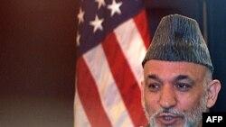 حامد کرزی (با فرستاده آمریکا در امور افغانستان و پاکستان که در عکس حضور ندارد) در یک کنفرانس مطبوعاتی در کابل