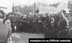 Проголошений гетьманом генерал Павло Скоропадський (в центрі у чорній черкесці) серед своїх прихильників на урочистому молебні на Софійській площі. 29 квітня 1918 року
