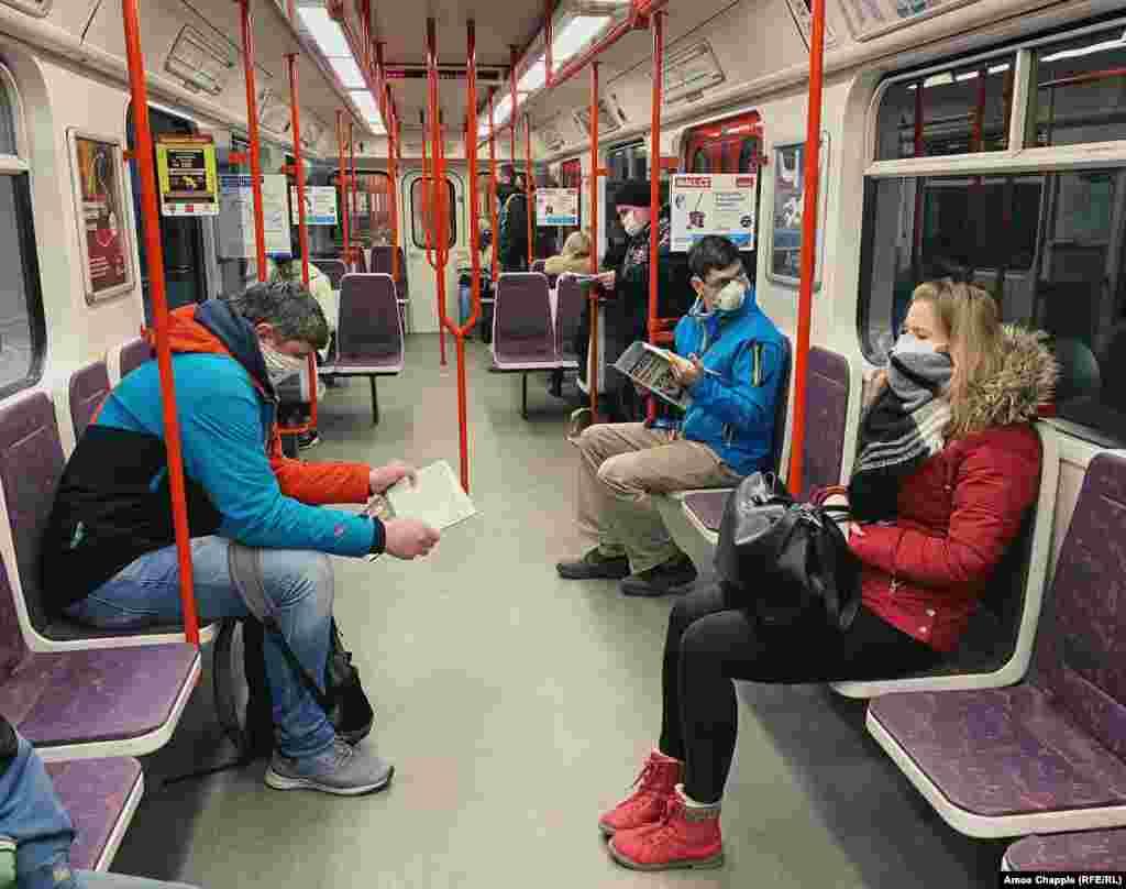 Вагон метрополитена в 7:40 утра по местному времени. Власти Праги за день до этого объявили, что пассажиры транспортной сети города обязаны носить маски.