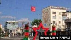 Instalație în centrul Tiraspolului cu ocazia Zilei Victoriei. Parada tradițională a fost anulată din cauza epidemiei de coronavirus