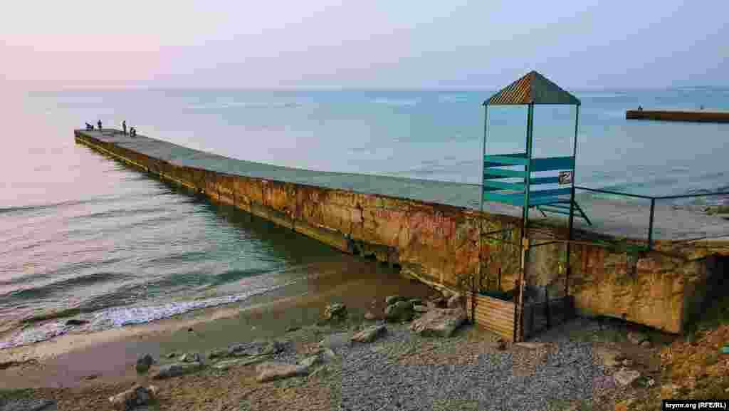Условия для купания – идеальные: температура воды + 22, воздуха +33. На море –штиль