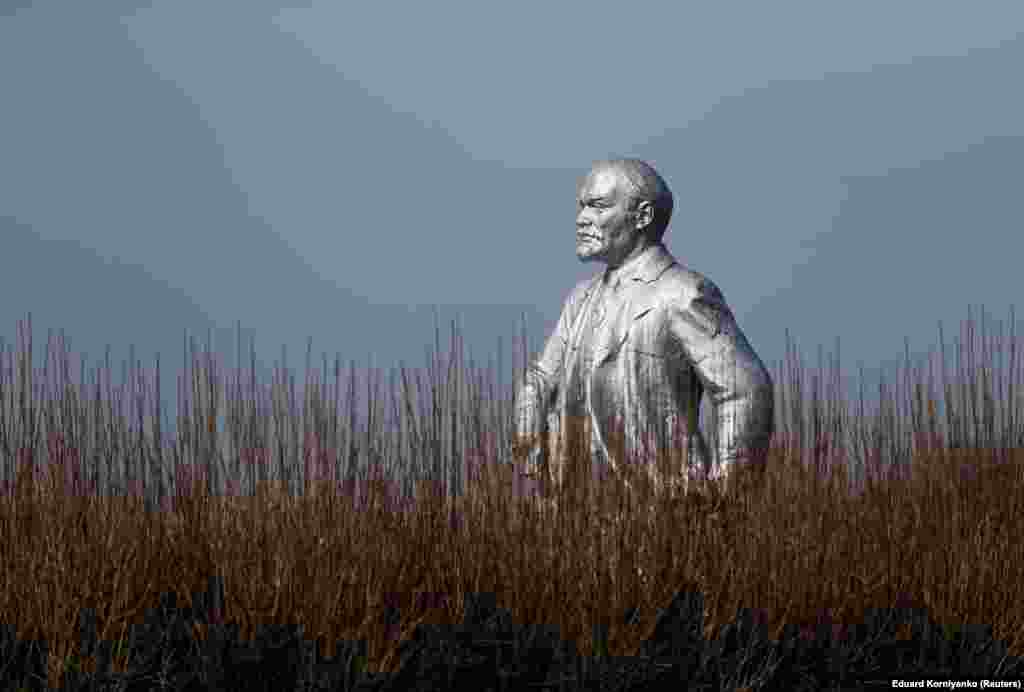 A view of a monument to Soviet state founder Vladimir Lenin in the village of Kazinka in the Stavropol region, Russia. (Reuters/Eduard Korniyenko)