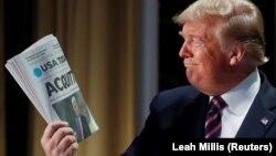 """Дональд Трамп держит выпуск газеты USA Today с заголовком """"Оправдан"""""""