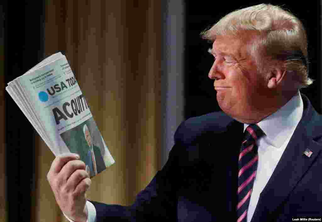 ABD prezidenti Donalda Tramp, USA Today gazeti tuta, anda Senatnıñ onı impiçment davası boyunca qabaatsız dep tanığanı yazılğan, 2020 senesi feralniñ 6.