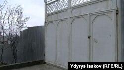 Закрытые ворота родительского дома Акбаржона Джалилова. Ошская область, 4 апреля 2017 года.